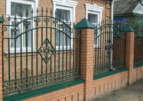 кирпичный забор с ковкой в Смоленске