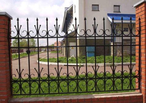 кирпичный забор с элементами ковки